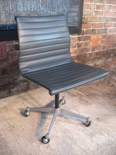 Model No EA 105, 1958 original Charles & Ray eames / Miller swivel chair (price on request)
