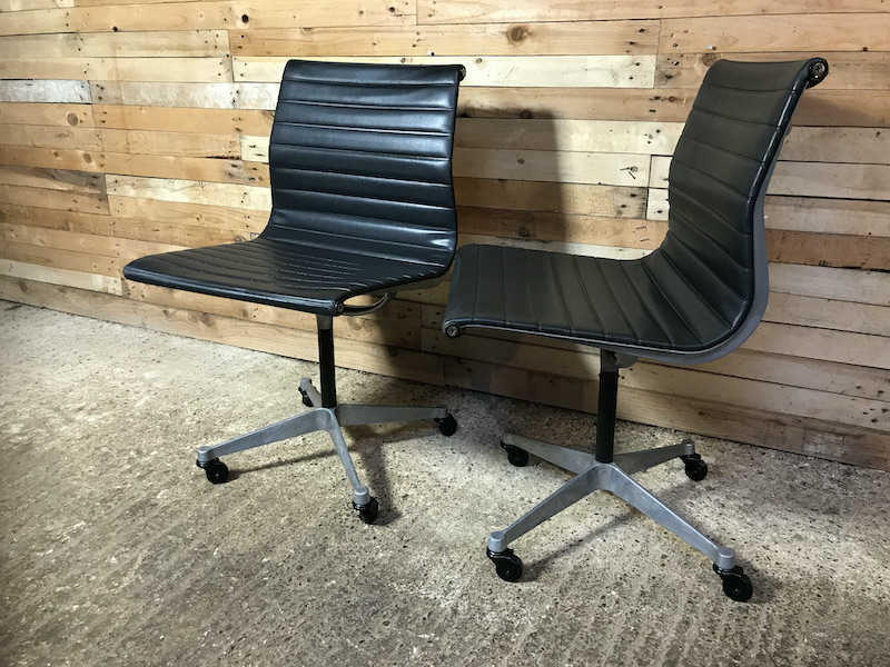Model No EA 105, 1958 original Charles & Ray eames / Miller swivel chair on wheels